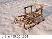 Старые деревянные сани на снегу. Стоковое фото, фотограф Анатолий Гуреев / Фотобанк Лори