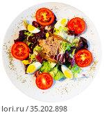 Appetizing salad with tuna, tomatoes, asparagus. Стоковое фото, фотограф Яков Филимонов / Фотобанк Лори