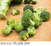 resh appetizing broccoli inflorescences on wooden board. Стоковое фото, фотограф Татьяна Яцевич / Фотобанк Лори