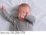 The baby stretches when sleeping. Стоковое фото, фотограф Josep Curto / easy Fotostock / Фотобанк Лори