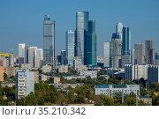 Москва, вид на современные дома-небоскрёбы в Пресненском районе (2020 год). Редакционное фото, фотограф glokaya_kuzdra / Фотобанк Лори