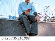 Male bmx biker leisures on ramp in skatepark. Стоковое фото, фотограф Tryapitsyn Sergiy / Фотобанк Лори