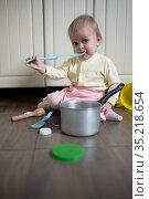 Baby plays in the kitchen, Стоковое фото, фотограф Типляшина Евгения / Фотобанк Лори