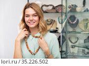 Girl trying on natural stones necklace. Стоковое фото, фотограф Яков Филимонов / Фотобанк Лори