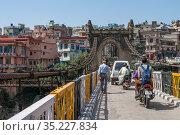 """На старинный подвесной мосту """"Виктория"""" солнечным днем. Манди. Химачал Прадеш, Индия (2011 год). Редакционное фото, фотограф Виктор Карасев / Фотобанк Лори"""