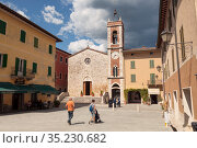 The church of San Francesco in Liberty square in the town of San Quirico d'Orcia, Tuscany, Italy (2014 год). Редакционное фото, фотограф Наталья Волкова / Фотобанк Лори