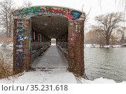 Detroit, Michigan - A graffiti-covered covered pedestrian bridge ... Стоковое фото, фотограф Jim West / age Fotostock / Фотобанк Лори