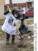 Detroit, Michigan USA - 18 January 2021 - Volunteers clean brush ... Редакционное фото, фотограф Jim West / age Fotostock / Фотобанк Лори
