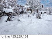 Homestead, cottage garden and vegetable garden after heavy snowfall. Стоковое фото, фотограф Владимир Ушаров / Фотобанк Лори