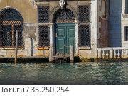 Вход в старинное здание на Гранд канале солнечным днем. Венеции, Италия (2017 год). Стоковое фото, фотограф Виктор Карасев / Фотобанк Лори
