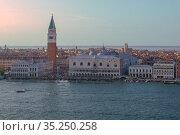 Вид с высоты на Дворец дожей  сентябрьским вечером. Венеции, Италия (2017 год). Стоковое фото, фотограф Виктор Карасев / Фотобанк Лори