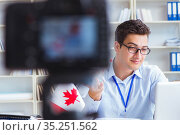 Blogger doing webcast on canadian immigration to Canada. Стоковое фото, фотограф Elnur / Фотобанк Лори