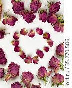 Сердечко из сухих лепестков роз. Стоковое фото, фотограф Мария Кылосова / Фотобанк Лори