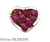 Засушенные бутоны роз в шкатулке в форме сердечка. Редакционное фото, фотограф Мария Кылосова / Фотобанк Лори