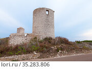 Old ruined stone windmill. Bonifacio, Corsica (2018 год). Стоковое фото, фотограф EugeneSergeev / Фотобанк Лори