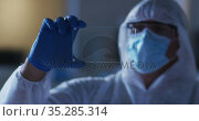 Caucasian male medical worker wearing protective clothing and gloves using handheld interface in lab. Стоковое видео, агентство Wavebreak Media / Фотобанк Лори