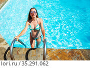 Portrait of a pregnant woman enters swimming pool. Стоковое фото, фотограф Сергей Новиков / Фотобанк Лори