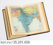 Раскрытая книга с картой мира на светлом фоне. Стоковое фото, фотограф Игорь Низов / Фотобанк Лори