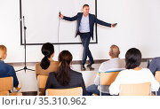 Expressive inspirational speaker during motivational coaching seminar. Стоковое фото, фотограф Яков Филимонов / Фотобанк Лори