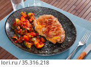 Roasted veal entrecote with side dish of stewed vegetables. Стоковое фото, фотограф Яков Филимонов / Фотобанк Лори