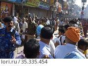Endless line of pilgrims on shivaratri day in benares closing the... (2013 год). Редакционное фото, фотограф Bruno Colliot / age Fotostock / Фотобанк Лори