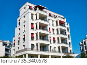 Modernes weißes Mehrfamilienhaus im Bezirk Prenzlauer Berg in Berlin. Стоковое фото, фотограф Zoonar.com/elxeneize / easy Fotostock / Фотобанк Лори