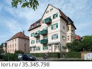 Dresden, Germany - city villas in Doebelner Strasse in Dresden-Trachenberge (2019 год). Редакционное фото, агентство Caro Photoagency / Фотобанк Лори