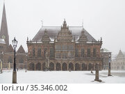 Germany, Bremen - City hall at the market place in the snowfall. The town hall is the seat of the mayor, in front of it the Roland. Редакционное фото, агентство Caro Photoagency / Фотобанк Лори