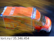 Berlin, Germany, dynamics: emergency ambulance on emergency drive (2020 год). Редакционное фото, агентство Caro Photoagency / Фотобанк Лори