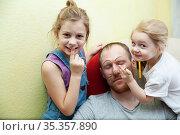 Little children drawing on face of their sleeping dad. Стоковое фото, фотограф Дарья Филимонова / Фотобанк Лори