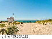 Zugang zu Sandstrand durch Dünen am Meer mit Strandwacht an der Ostsee. Стоковое фото, фотограф Zoonar.com/Robert Kneschke / age Fotostock / Фотобанк Лори