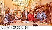 Gruppe Lehrlinge und Meister bei Ausbildung zum Handwerker in Schreiner... Стоковое фото, фотограф Zoonar.com/Robert Kneschke / age Fotostock / Фотобанк Лори
