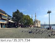 Ortakoy square during pandemic. View of Ortakoy Mosque and Bosphorus Bridge on the Bosphorus strait. Besiktas district, city of Istanbul, Turkey. Редакционное фото, фотограф Bala-Kate / Фотобанк Лори
