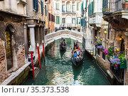 Gondolas with tourists float along the canal in Venice, Italy (2017 год). Редакционное фото, фотограф Наталья Волкова / Фотобанк Лори