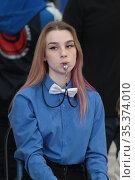 Девочка со свистком во рту судит соревнования. Редакционное фото, фотограф Дмитрий Неумоин / Фотобанк Лори