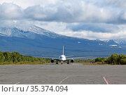 Посадка пассажирского самолета на аэродроме в горах. Стоковое фото, фотограф Игорь Долгов / Фотобанк Лори
