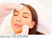 Kosmetiker reinigt Gesichtshaut einer jungen Frau mit Wattepads in... Стоковое фото, фотограф Zoonar.com/Robert Kneschke / age Fotostock / Фотобанк Лори
