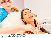 Kosmetikerin reinigt Haut einer Frau am Dekollete mit Wattepads im... Стоковое фото, фотограф Zoonar.com/Robert Kneschke / age Fotostock / Фотобанк Лори