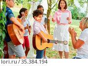 Kinder Gruppe beim Talentshow Auftritt mit Gitarren im Ferienlager... Стоковое фото, фотограф Zoonar.com/Robert Kneschke / age Fotostock / Фотобанк Лори