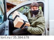 Lieferservice Paketbote mit Mundschutz verlässt sein Fahrzeug um ... Стоковое фото, фотограф Zoonar.com/Robert Kneschke / age Fotostock / Фотобанк Лори