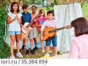 Gruppe Kinder bei Talentshow Auftritt als Band mit Gitarren und Flöte... Стоковое фото, фотограф Zoonar.com/Robert Kneschke / age Fotostock / Фотобанк Лори