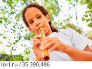 Mädchen mit Musik Talent beim Flöte spielen üben in einem Kurs im... Стоковое фото, фотограф Zoonar.com/Robert Kneschke / age Fotostock / Фотобанк Лори
