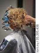 Руки парикмахера делают девушке стильную прическу. Стоковое фото, фотограф Виталий Куликов / Фотобанк Лори