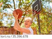 Senior Frau als vitaler Rentner mit Basketball beim Seniorensport... Стоковое фото, фотограф Zoonar.com/Robert Kneschke / age Fotostock / Фотобанк Лори