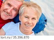 Glückliches Senioren Paar als Rentner im Outdoor Urlaub beim Camping... Стоковое фото, фотограф Zoonar.com/Robert Kneschke / age Fotostock / Фотобанк Лори