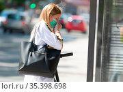 Casual caucasian teenager commuter waering protective face mask against... Стоковое фото, фотограф Zoonar.com/Matej Kastelic / easy Fotostock / Фотобанк Лори