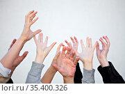 Viele Hände strecken sich nach oben. Стоковое фото, фотограф Zoonar.com/Robert Kneschke / age Fotostock / Фотобанк Лори