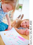 Kinder malen mit Filzstift Zeichnung auf Papier im Kindergarten. Стоковое фото, фотограф Zoonar.com/Robert Kneschke / age Fotostock / Фотобанк Лори