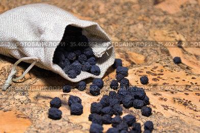 Сушеная ягода просыпалась их текстильного мешочка