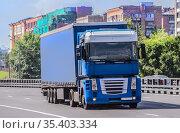 Truck carries goods on a city. Стоковое фото, фотограф Юрий Бизгаймер / Фотобанк Лори